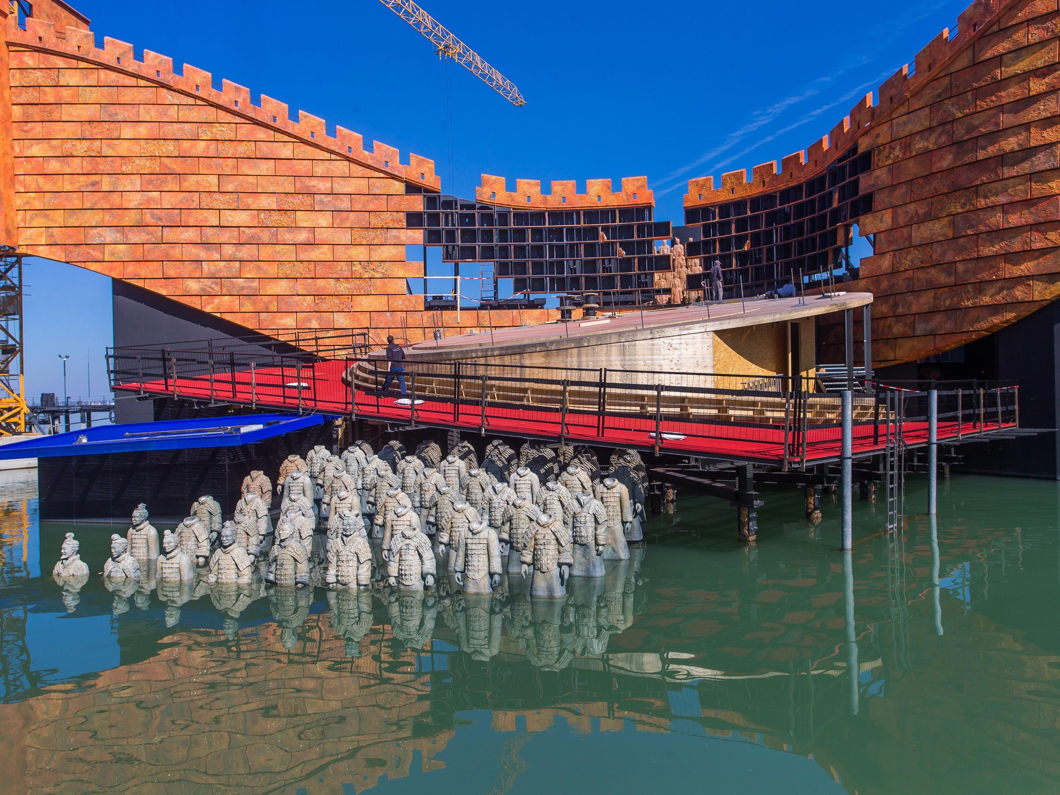 Die neue Kulisse der Seebühne soll die Chinesische Mauer darstellen.