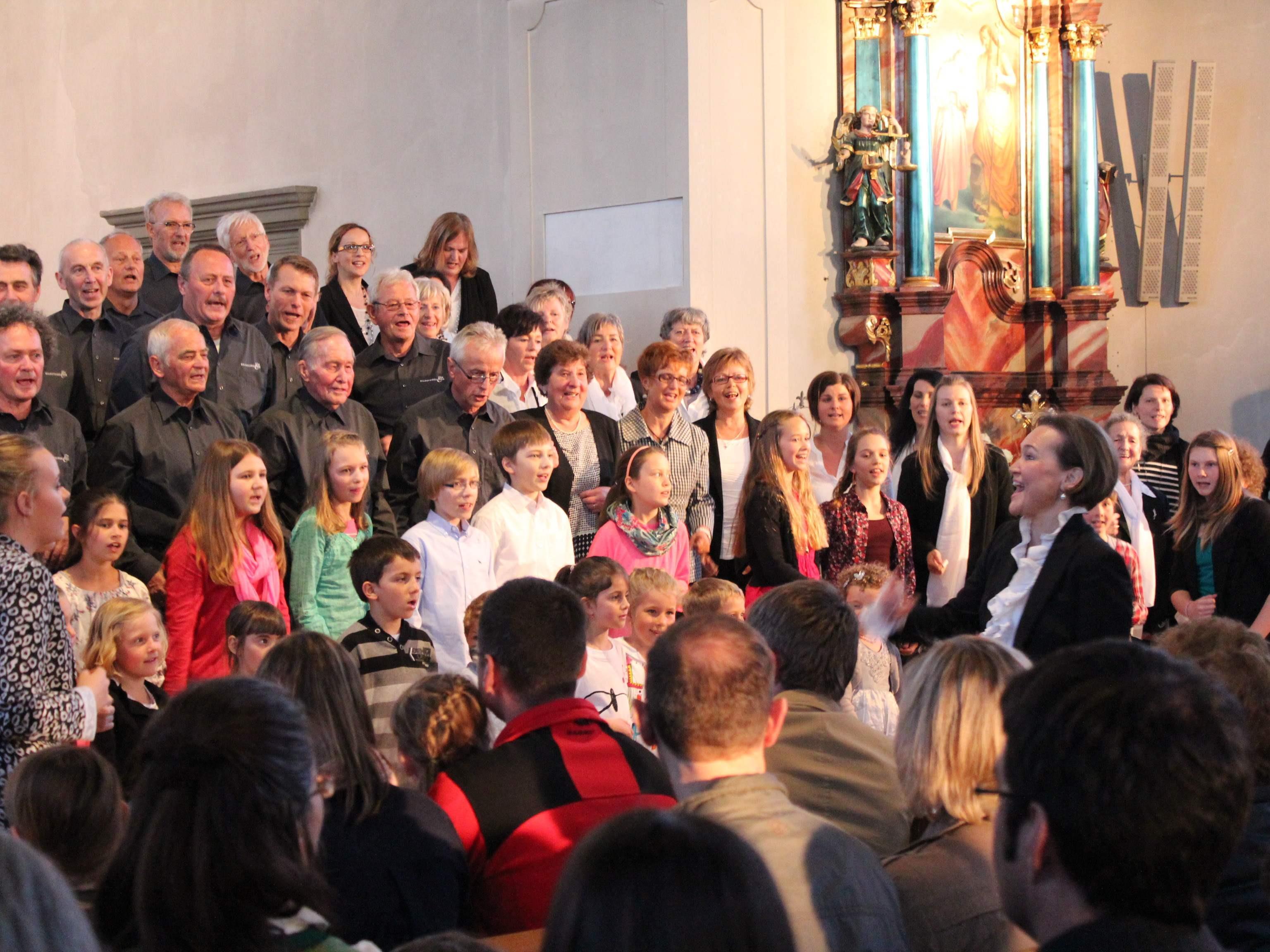 Klein und Groß beim gemeinsamen Singen in der Wallfahrtskirche.