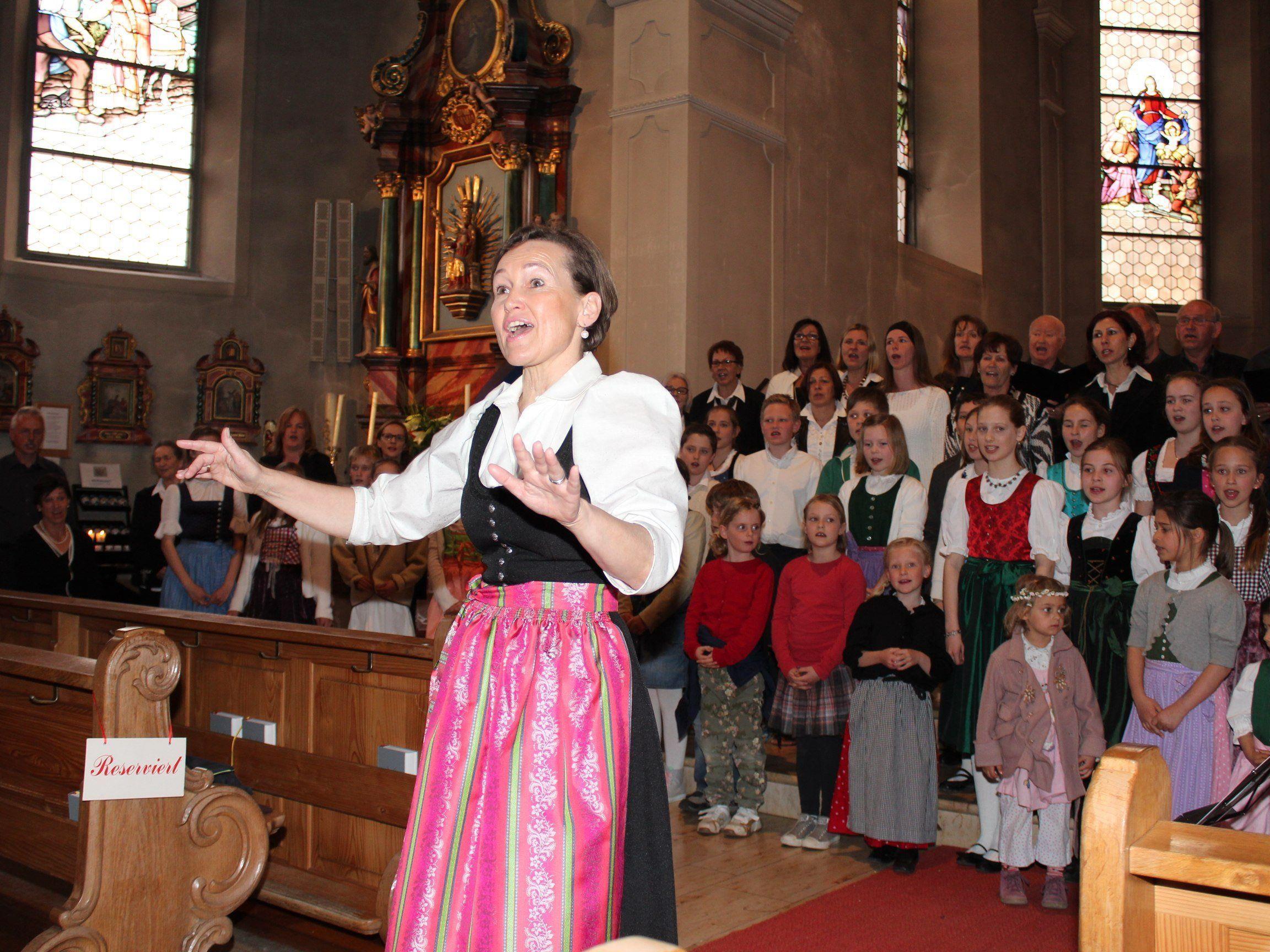 Chorleiterin Birgit Giselbrecht-Plankel lädt zum Konzert nach Bildstein.
