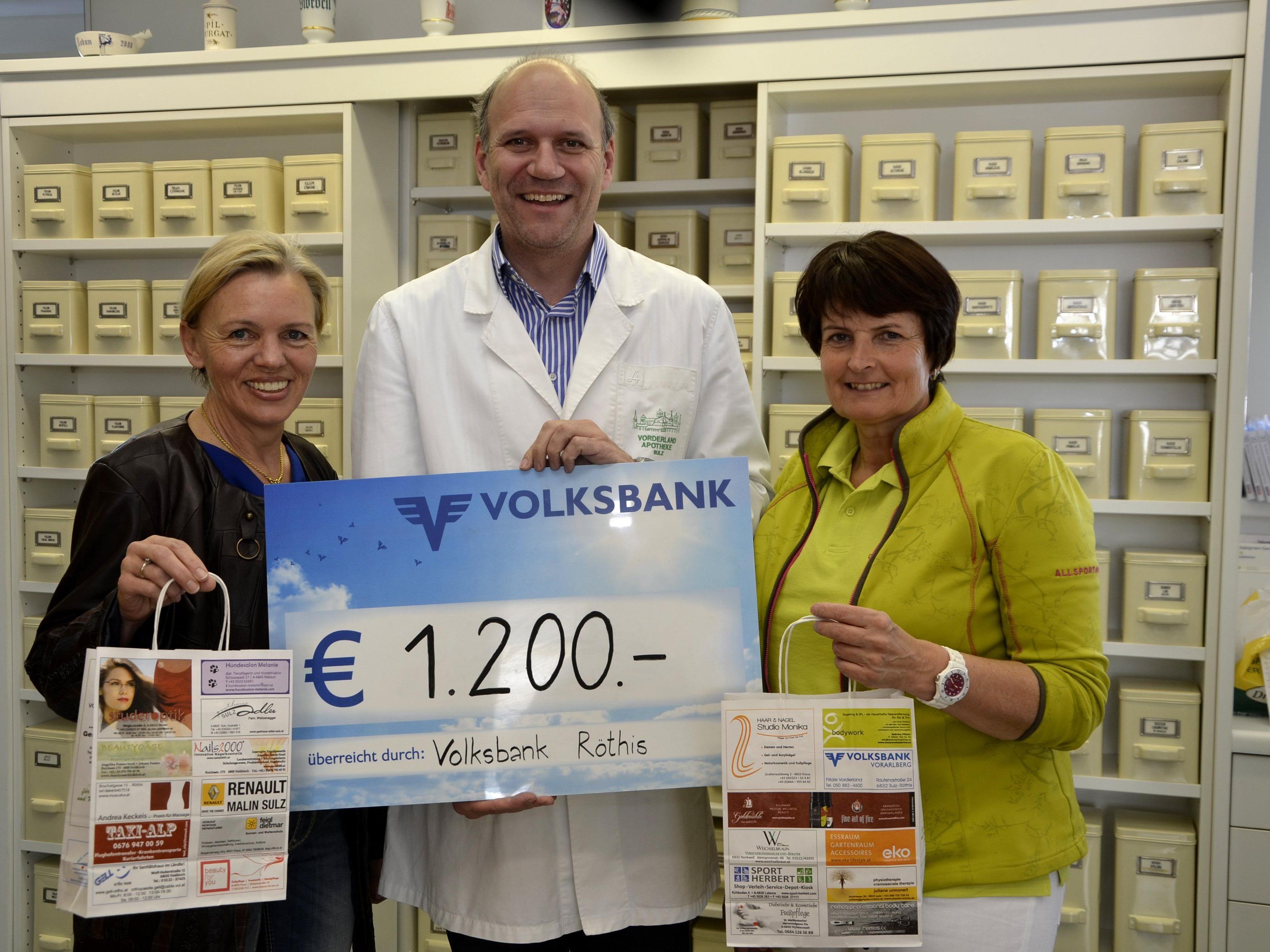 Mag. Walter Barbisch von der Vorderland Apotheke übergibt den Spedenscheck an Gertrud  Blum und Edith Bechter vom Krankenpflegeverein Vorderland.