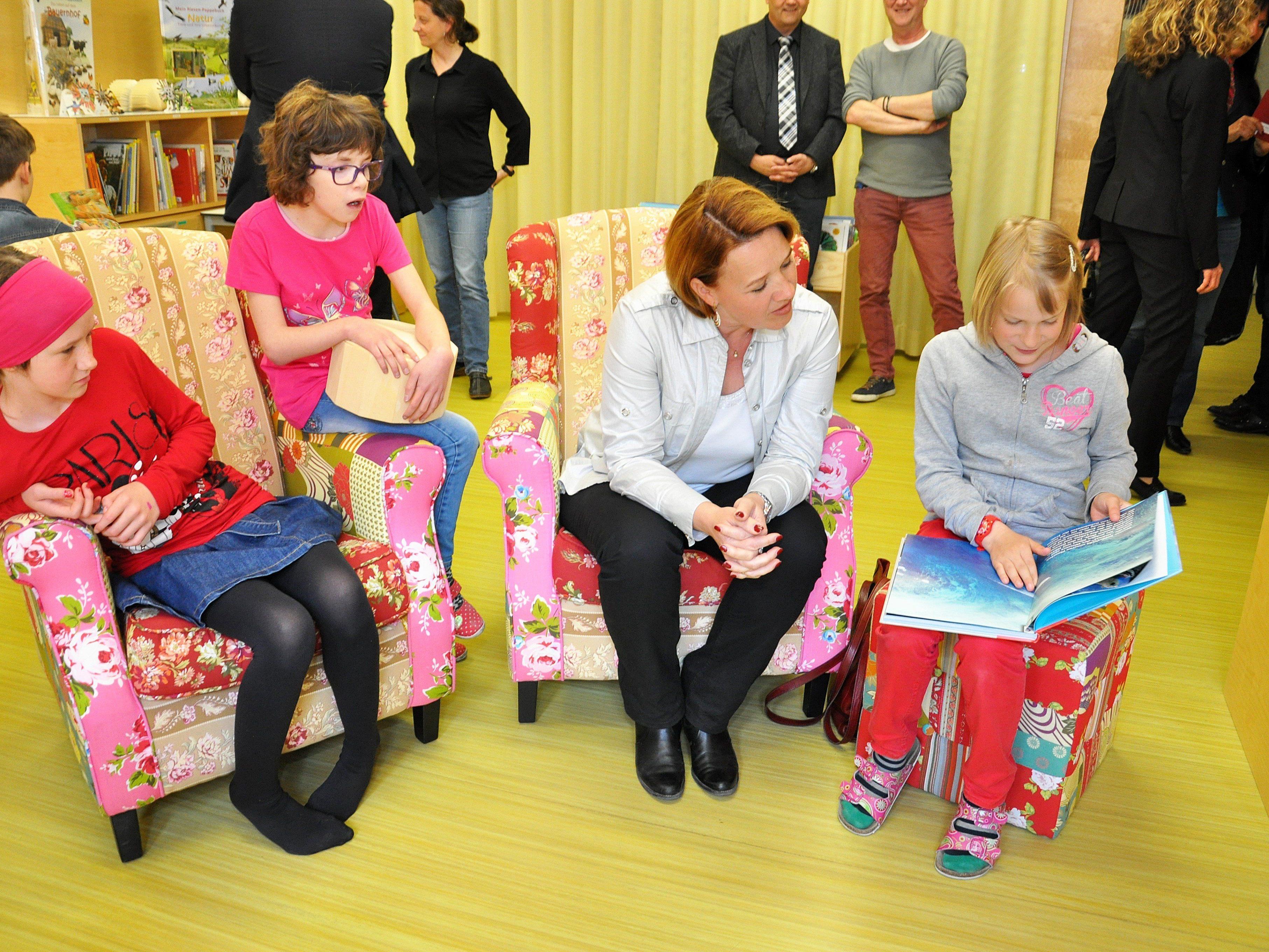 Die Bücherei wurde so eingerichtet, dass sich die Kinder rundherum wohlfühlen und zum Lesen und Sprechen angeleitet werden können.