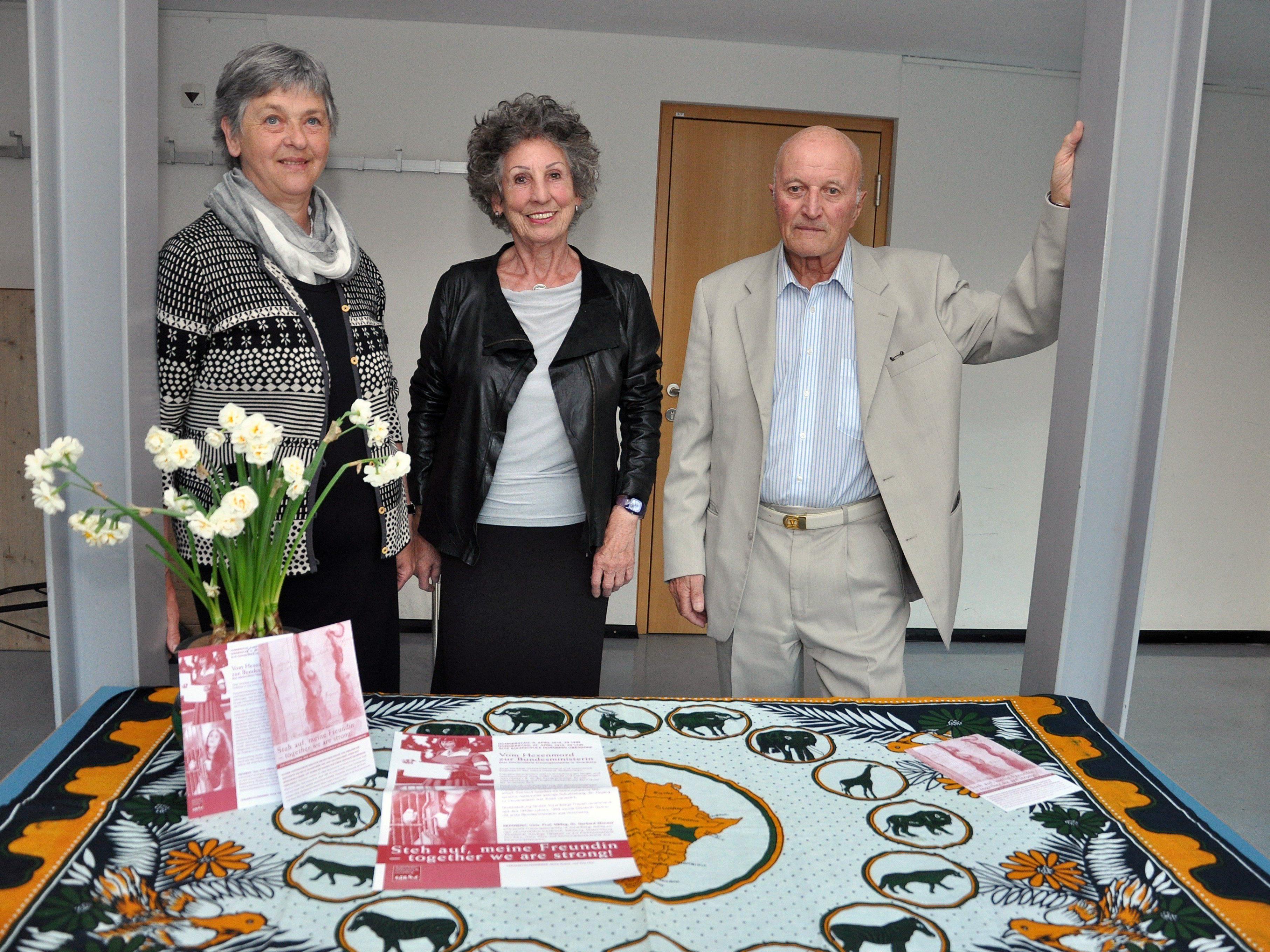 Der Referent Gerhard Wanner mit den Veranstalterinnen Anna Huber und Eva Fitz.