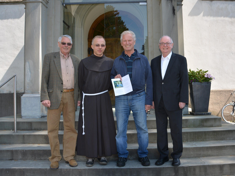 Bei der Übergabe der Spende: Klostervater Elmar Mayer, Franziskanerpater Guido Kobiec, Max Schwärzler und Alt-Bgm. Wolfgang Rümmele.