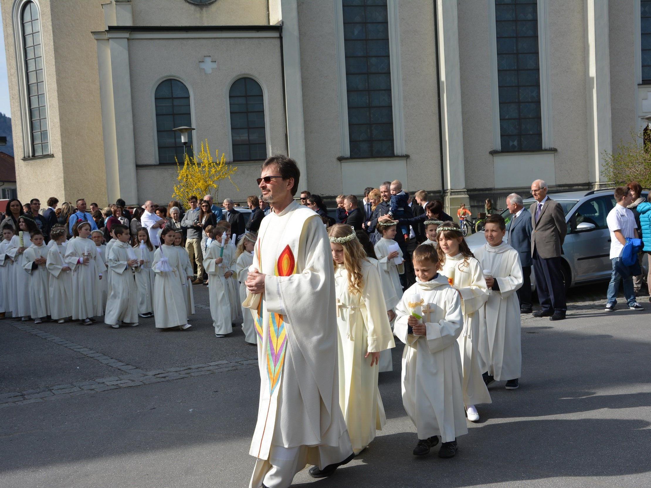 Strahlendes Fest der Erstkommunikanten am Weißen Sonntag im Hatlerdorf.