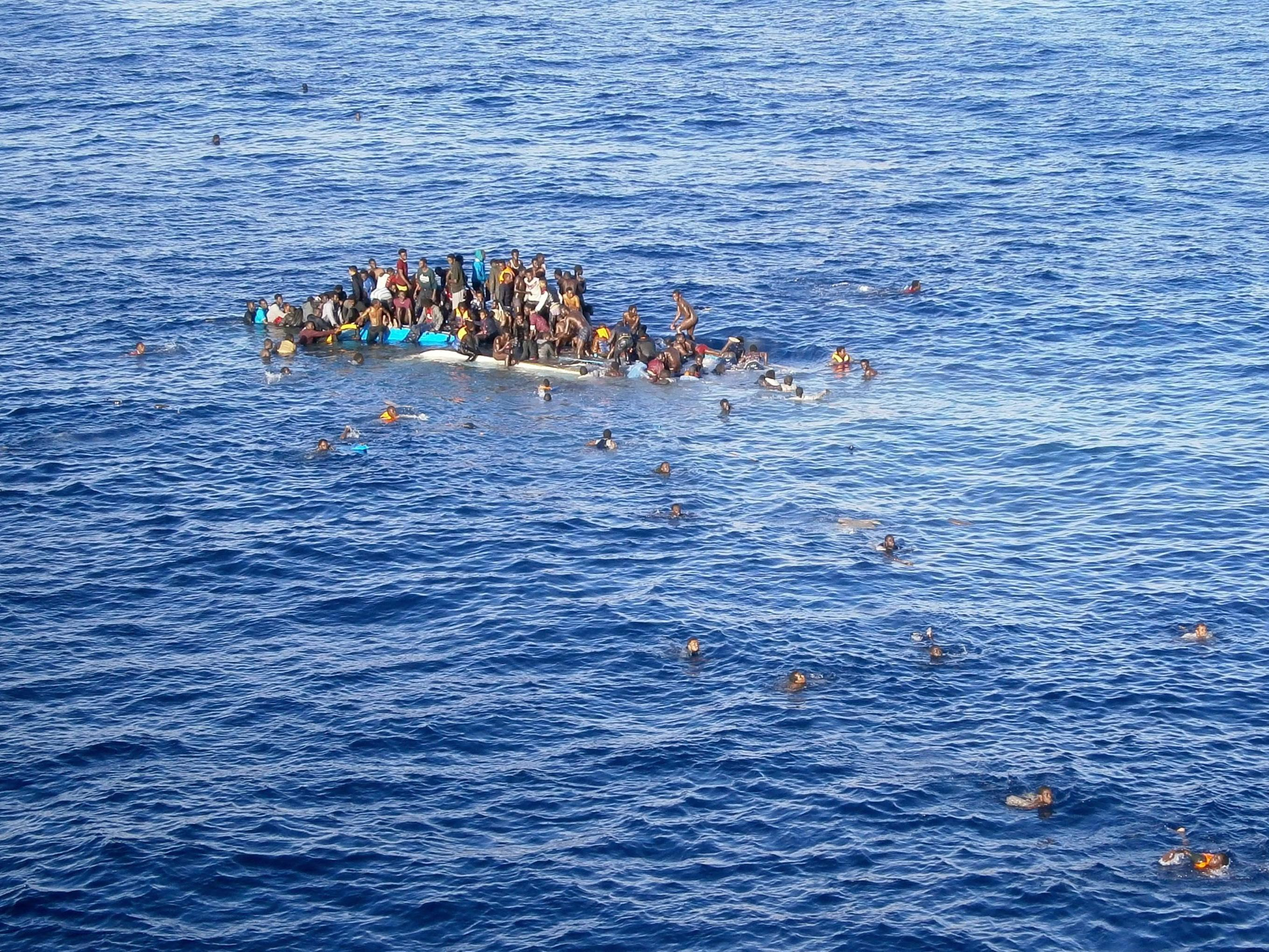 Ein völlig überladenes Flüchtlingsboot sinkt im Mittelmeer am 12. April 2015.