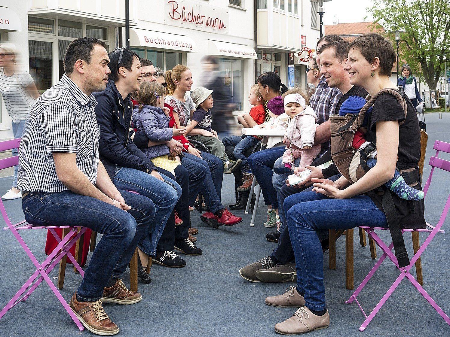 Erstmals in Vorarlberg: Lustenauerinnen und Lustenauer treffen sich am Kirchplatz und reden darüber, wie sie in ihrer Gemeinde zusammenleben möchten.