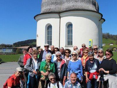 Wandergruppe vor der St. Anna-Kapelle