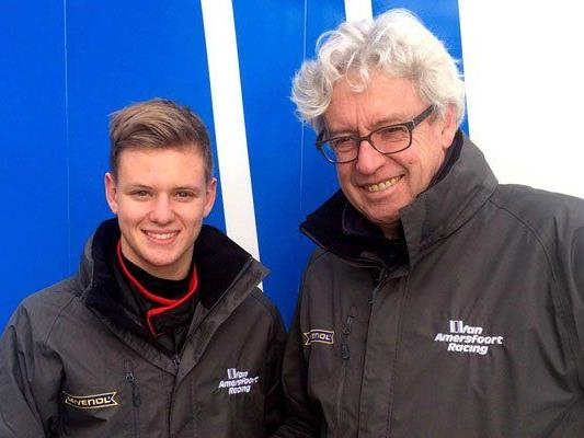 Mick Schumacher posiert mit dem Chef seines Formel-4-Teams.