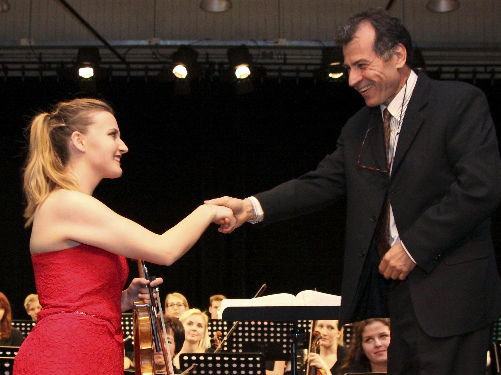 Die Solistin Sara Plank und Dirigent Murat Üstün.