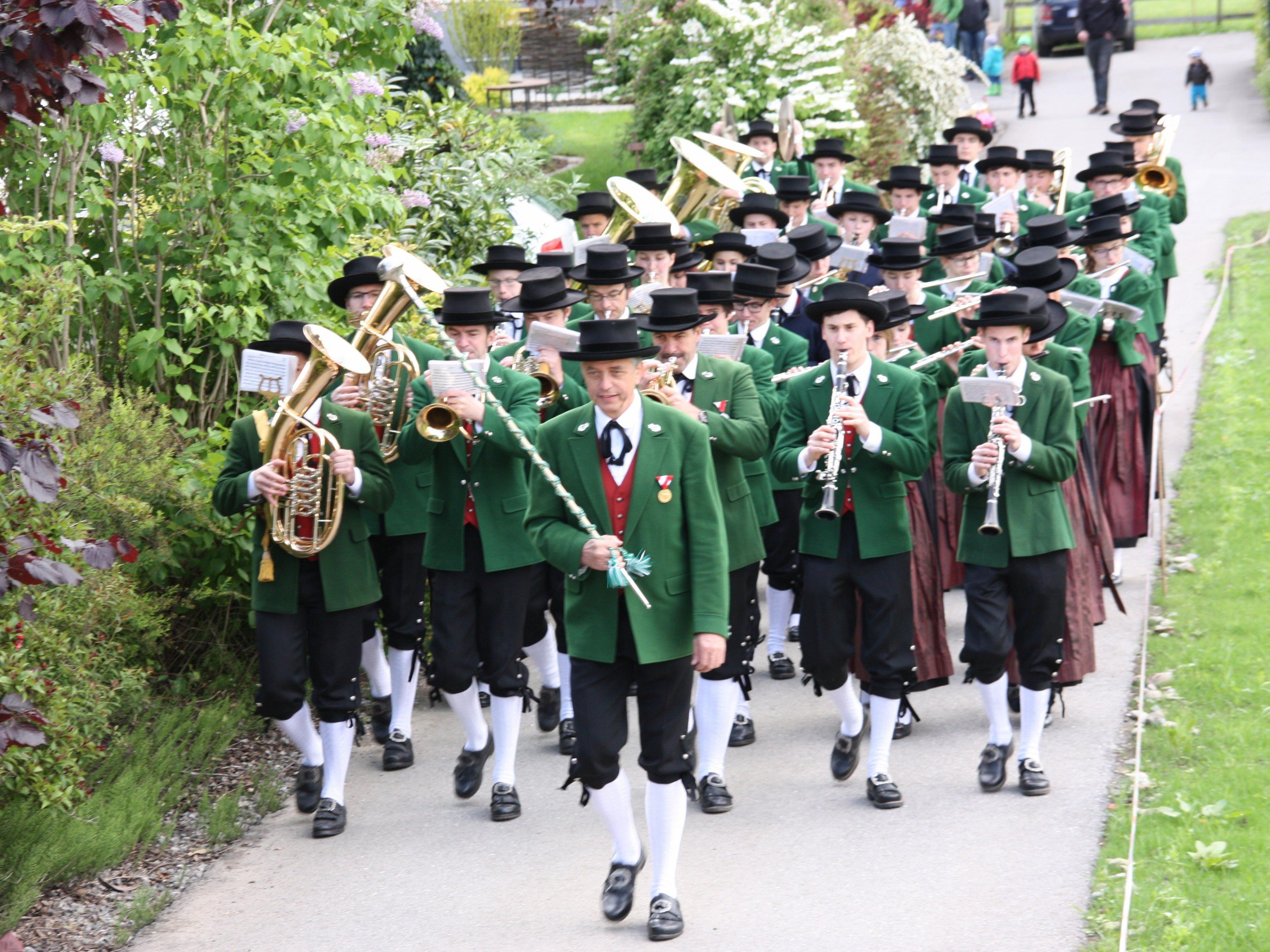 Der Mai wird im Hatlerdorf wieder traditionell mit Marschmusik eröffnet.