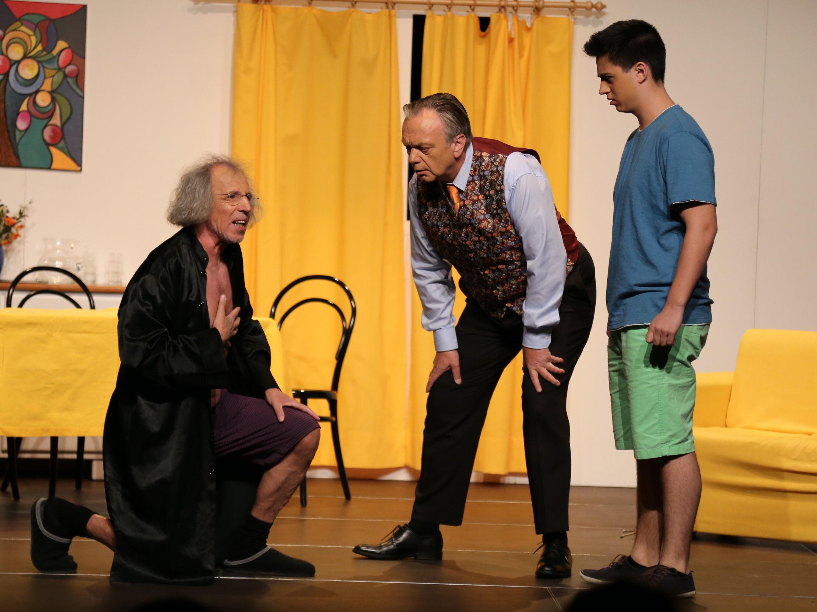 Tartuffe (Ernst Walser), Orgon (Jürgen Schäfer) und sein Sohn (Raphael Rothmund).
