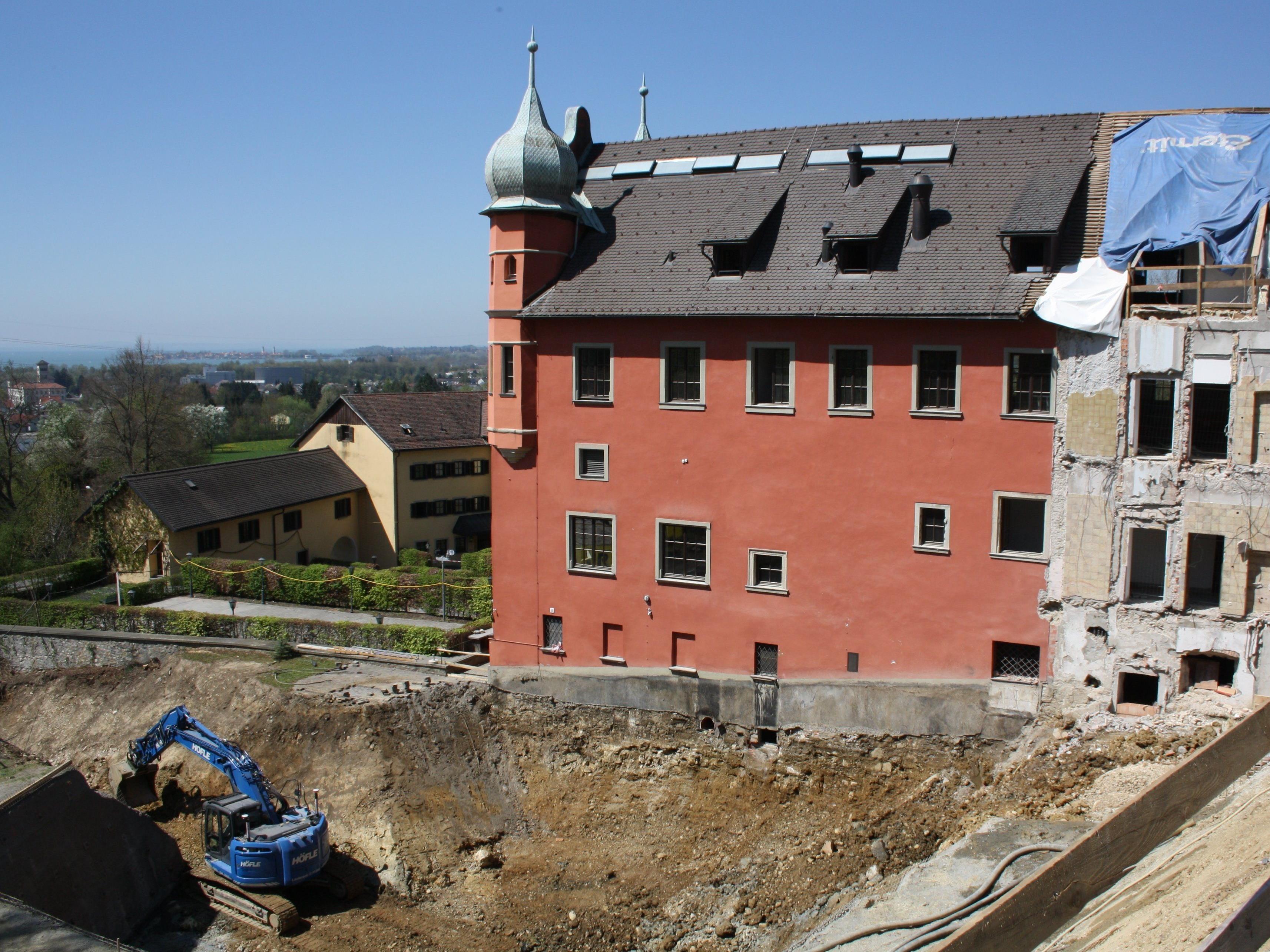Die beiden rückwärtigen Anbauten wurden abgerissen und werden durch zwei freistehende Erschließungstürme. Dazu kommt ein unterirdischer Neubau.