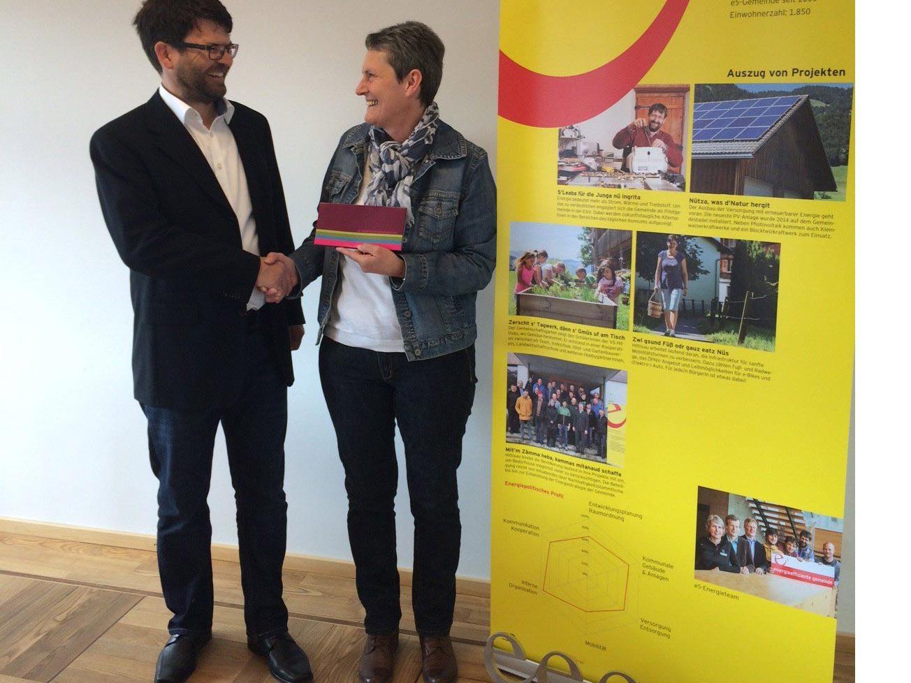 Bürgermeister Gerhard Beer gratuliert Emmi Matt zur innovativen Idee.