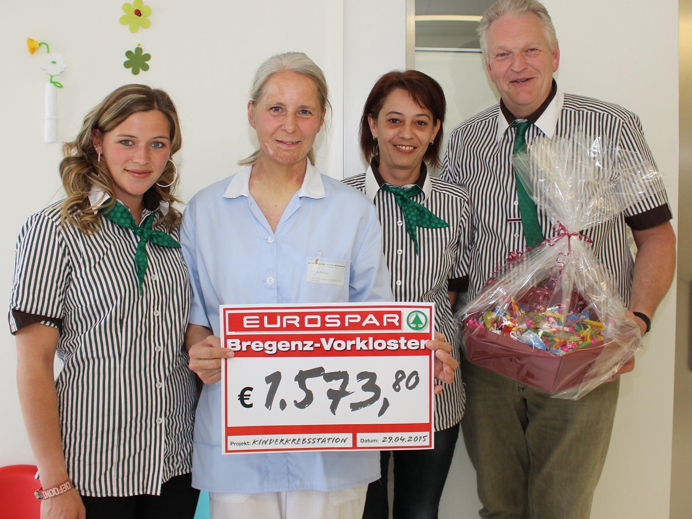 Marktleiter Kurt Türtscher (rechts) mit Corinna Vonach (links) und Susanne Büchele (2. v.r.) vom EUROSPAR Bregenz-Vorkloster übergeben den Spendenscheck an DGKS Brigitte Sperger (2. v.l.)