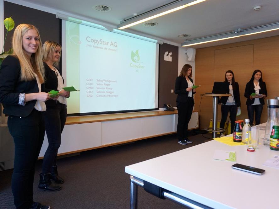 Das Siegerteam während der Präsentation.