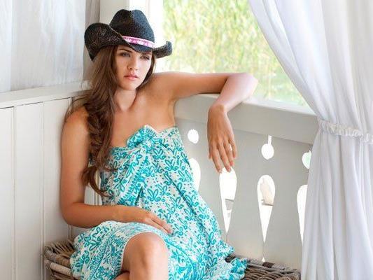 Die Designerin Theresa Schöffel-Zahlbruckner kleidet die Foto-Girls ein.
