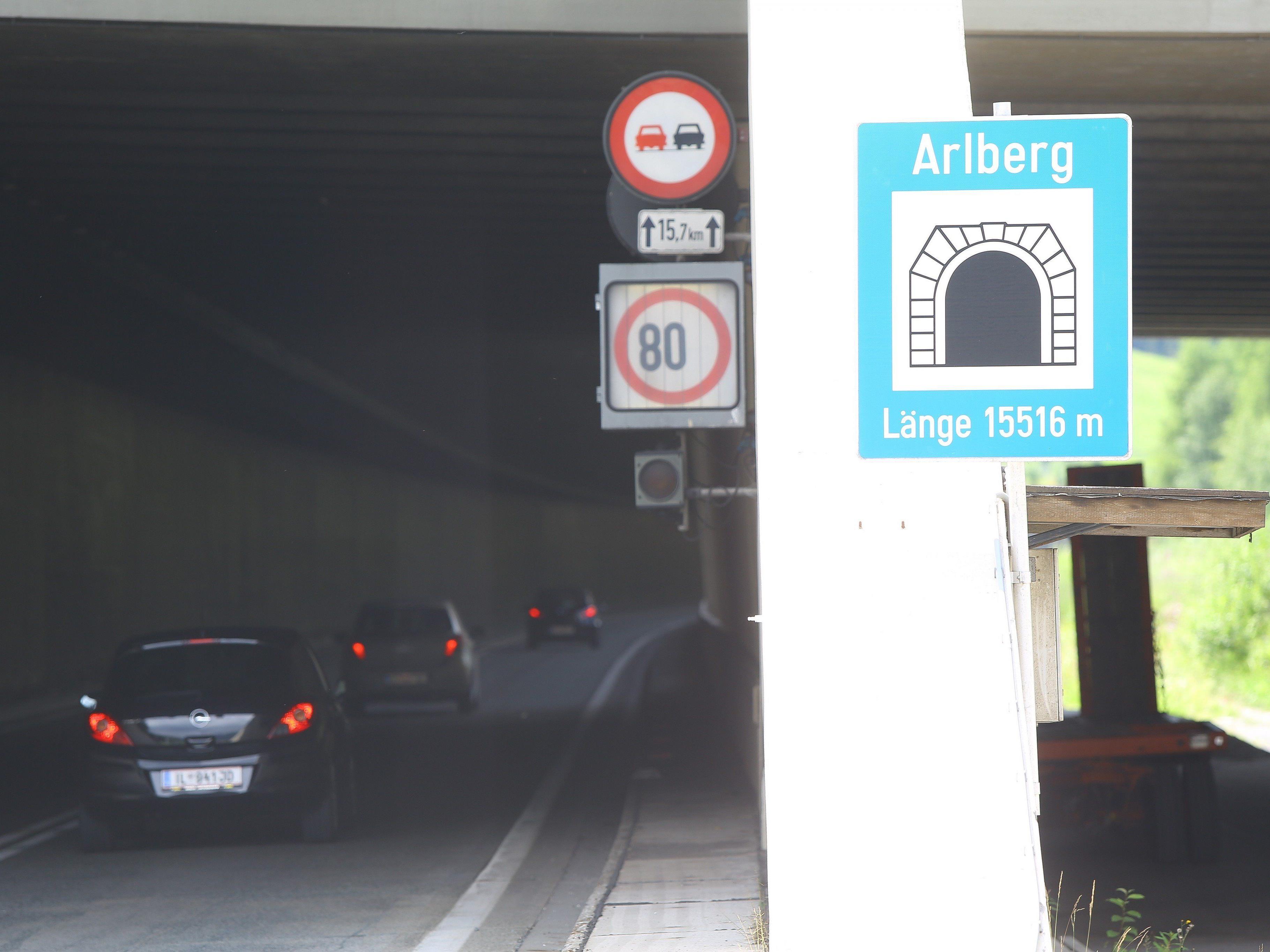 Sieben Monate bleibt der Arlbergtunnel gesperrt, ein Großteil der Fahrzeuge dürfte auf den Pass ausweichen.