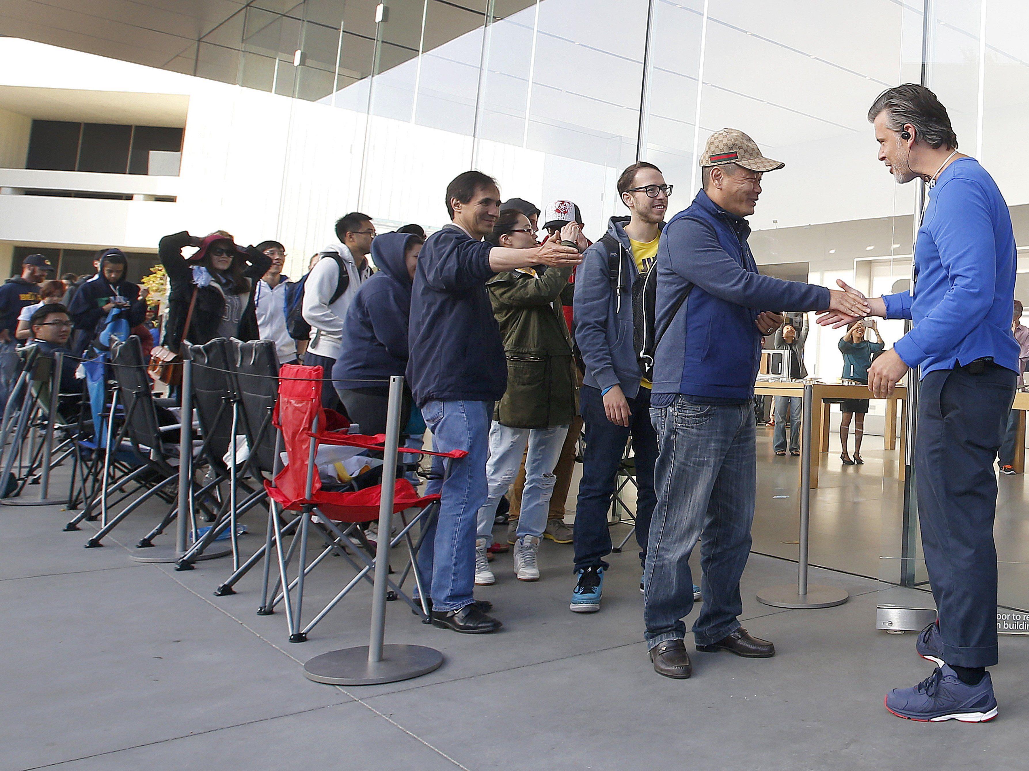 Will man bei Apple nicht mehr sehen: Lange Schlangen vor den Geschäften.