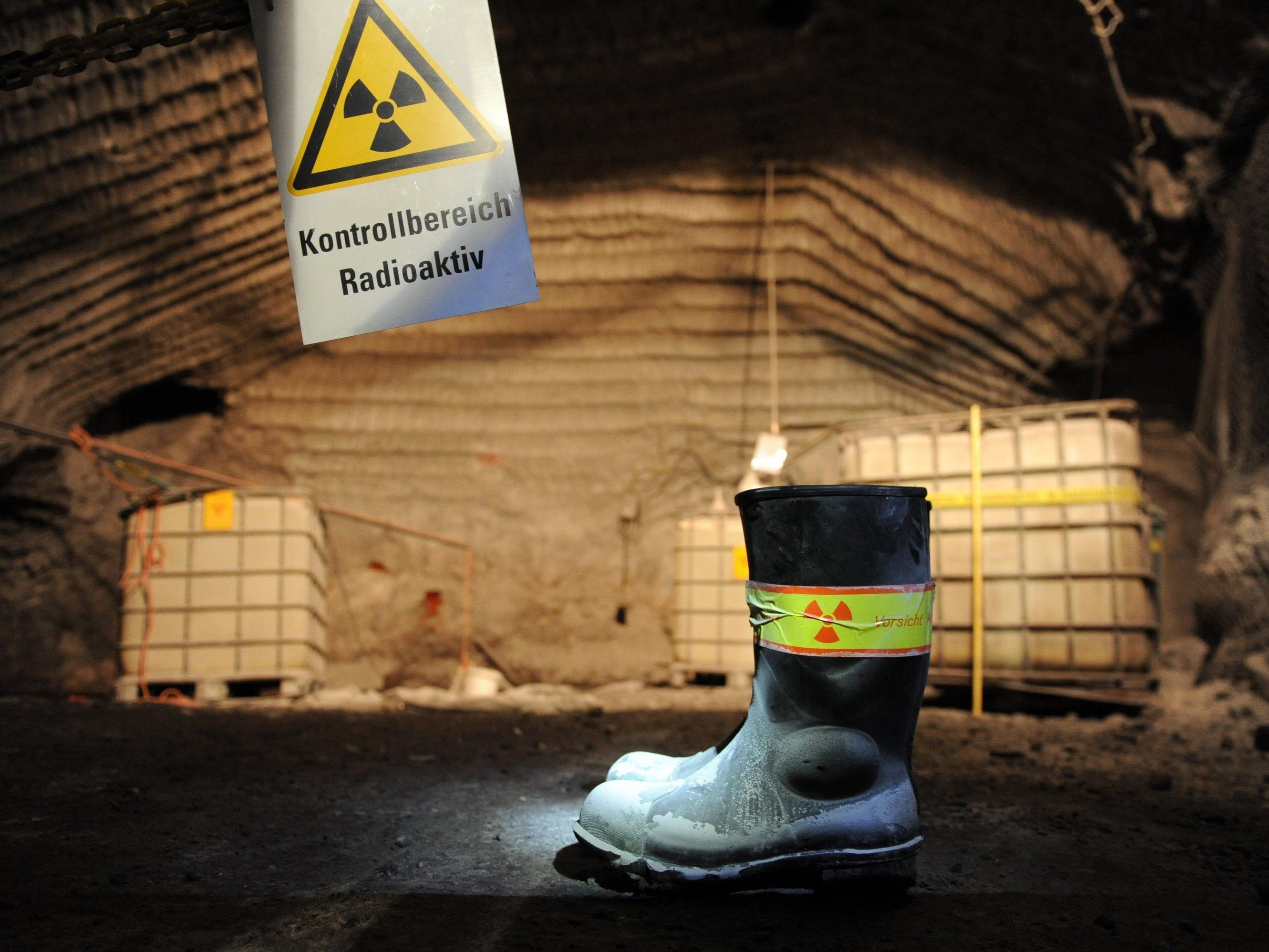 AKW-Betreiber hoffen auf Behörden-Entscheid. Im Bild: Ein Warnschild vor radioaktiver Strahlung im Atommülllager Asse (D).