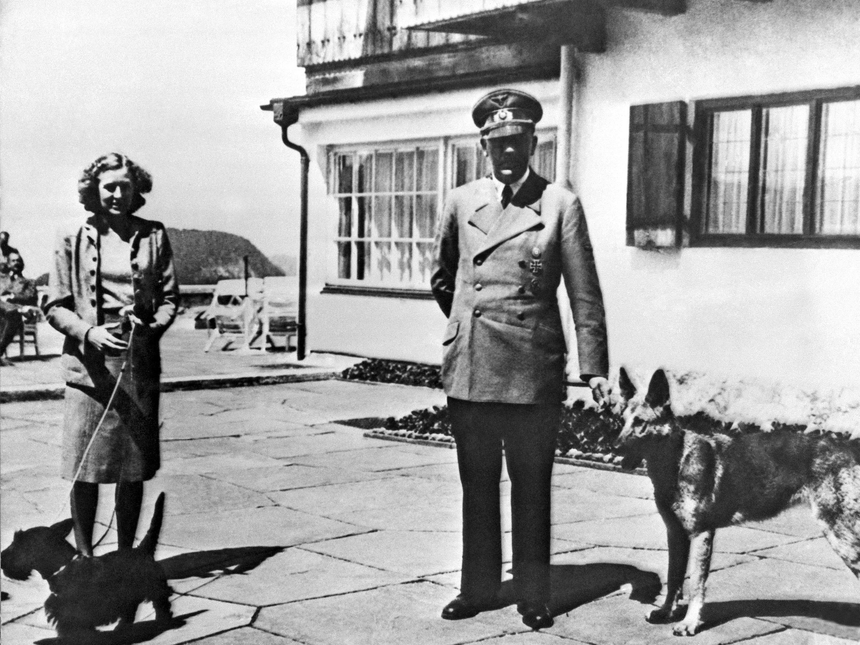 """Adolf Hitler mit Eva Braun und seiner Schäferhündin. An """"Blondi"""" ließ Hitler das Gift testen."""