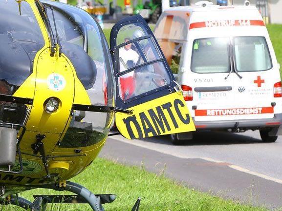 Zwei Männer bei Motorradunfall in Nüziders schwer verletzt.