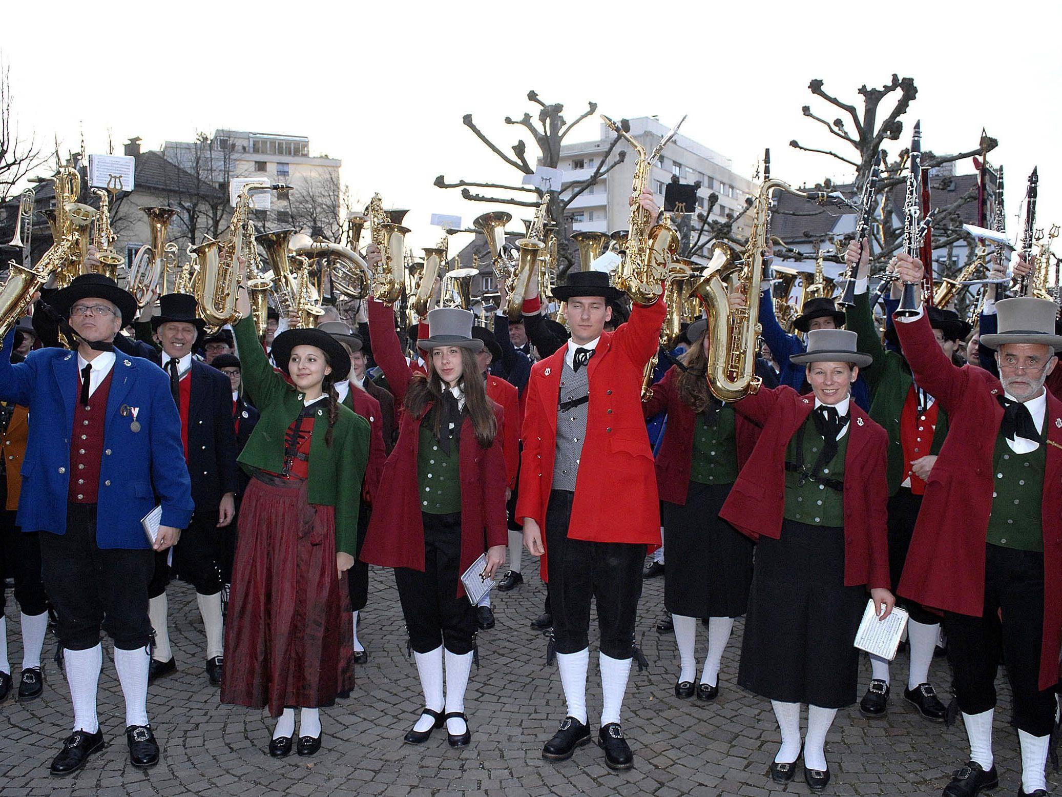 Musikfreunde forderten bei einem Protestkonzert vor dem Landhaus in Bregenz den Erhalt der neun Militärmusikkapellen Österreichs.