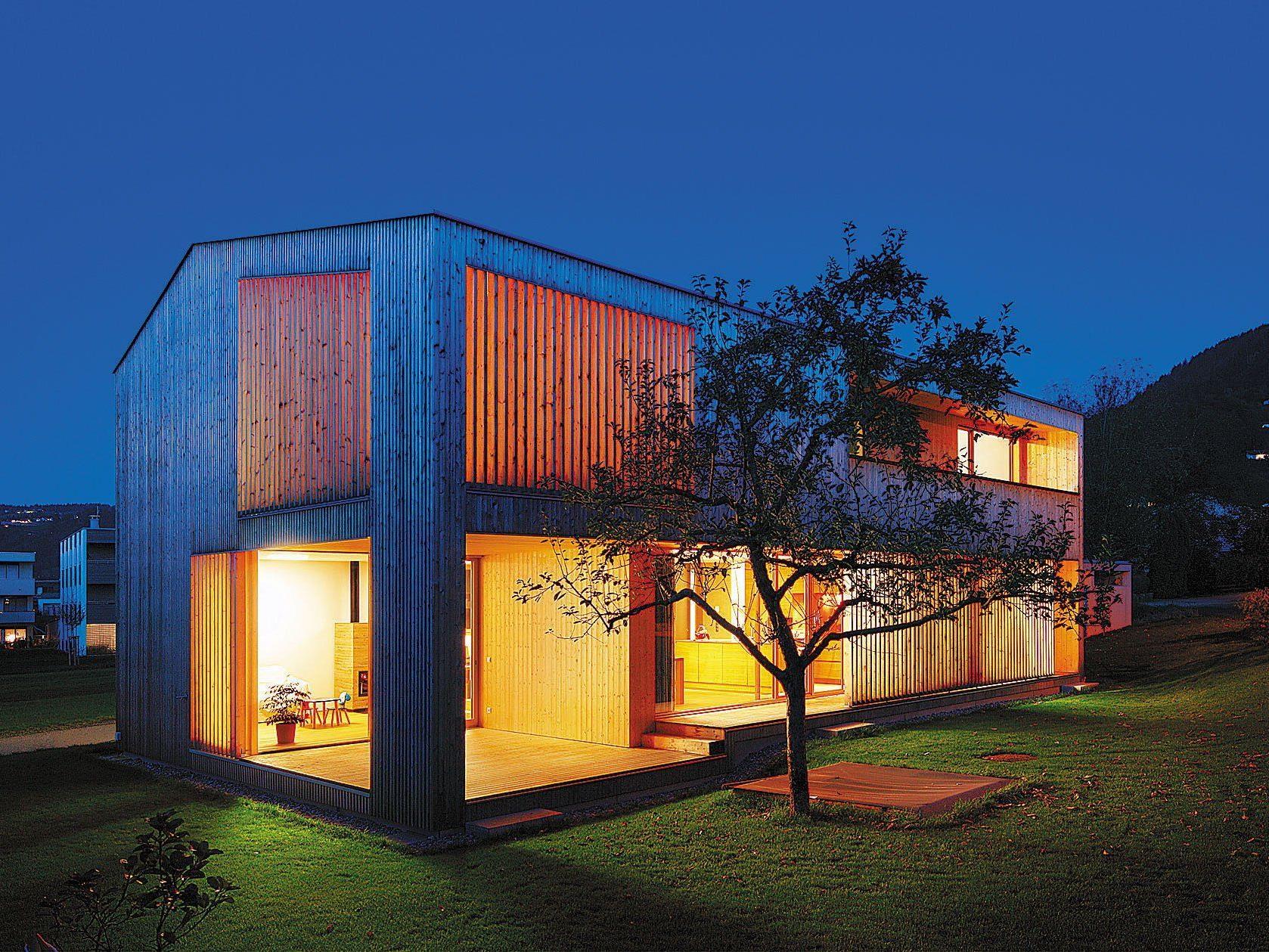 """""""Der Essplatz ist der zentrale Ort innerhalb des Hauses, der oben mit unten und außen mit innen vernetzt."""" (Helena Weber, Architektin)"""