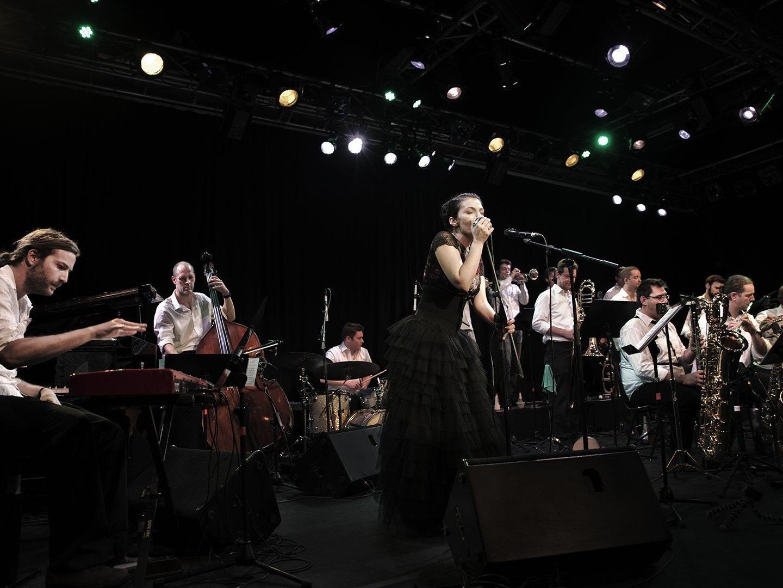 Fatima Spar gibt gemeinsam mit dem Jazzorchester Vorarlberg am Freitag, den 1. Mai ein Konzert.