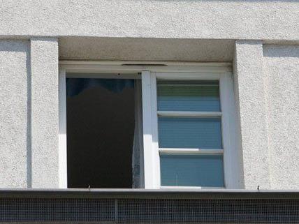 Eine 47-jährige Frau stürzte aus einem Fenster