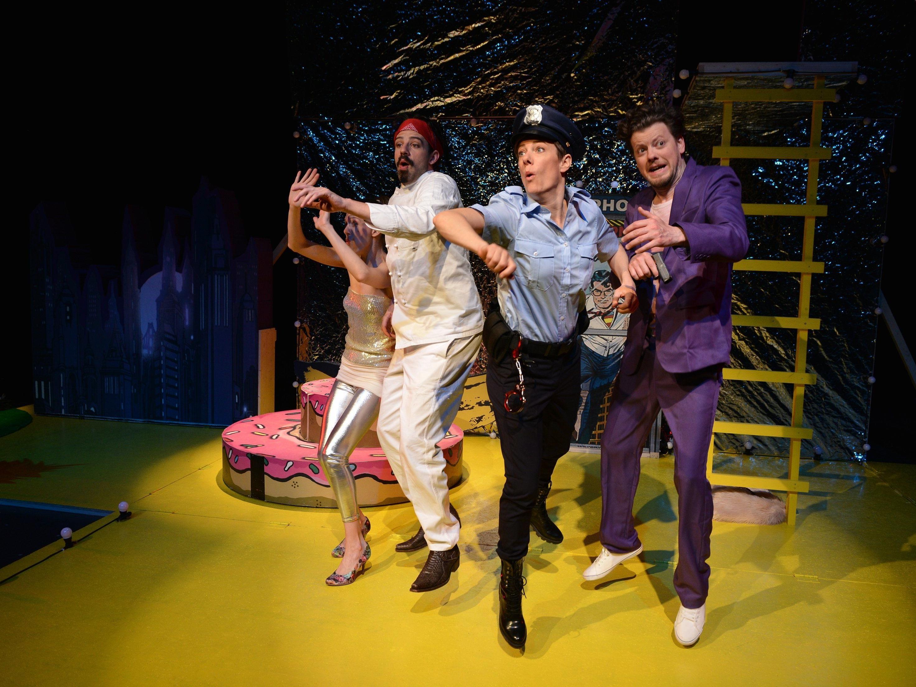 """Die Darsteller des Theater Kosmos beeindrucken in """"Geld und Gott"""" mit ihrer enormen Spiellust."""