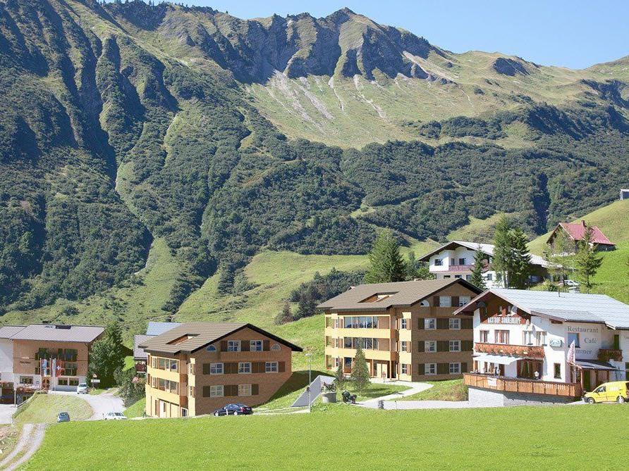 Auf zwei Häuser verteilt entstehen in Fontanella-Faschina 18 Ferienwohnungen mit klassischer Zweitwohnsitz-Widmung.