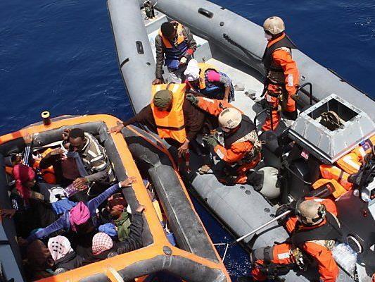 Zu Tausenden überqueren die Flüchtlinge das Meer
