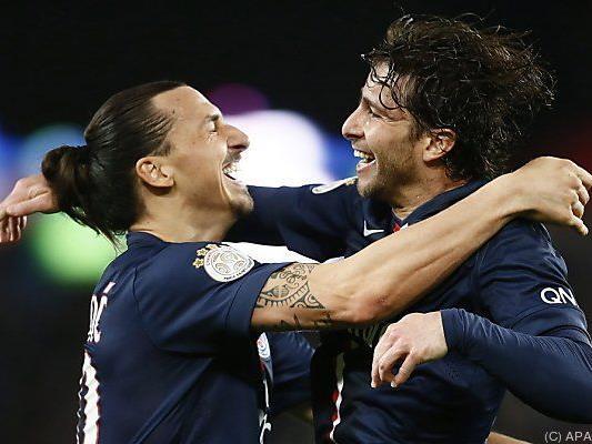 Ibrahimovic und Maxwell herzen sich