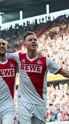 Kölns Torschützen Risse und Gerhardt feiern nach dem Treffer zum 2:0