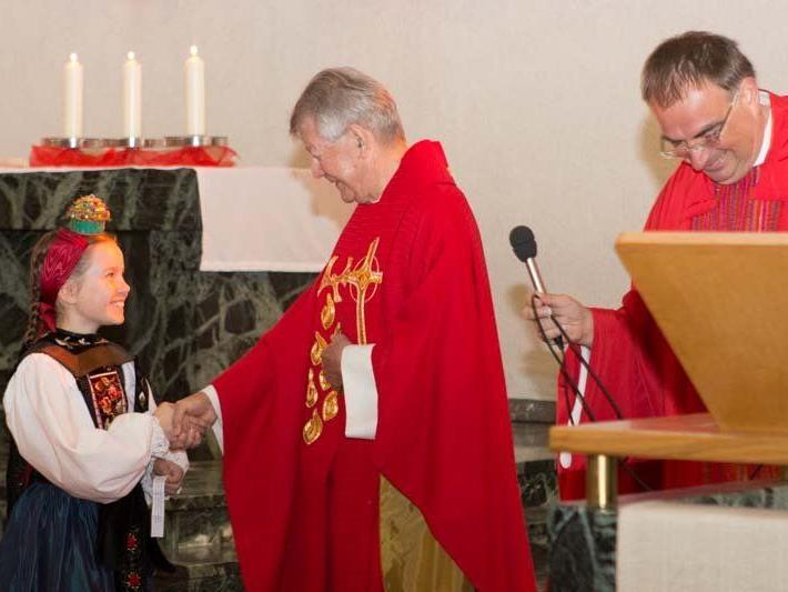 Bischof Kräutler, zu Besuch in Vorarlberg, nahm sich Zeit, um in Vandans das Firmsakrament zu spenden.