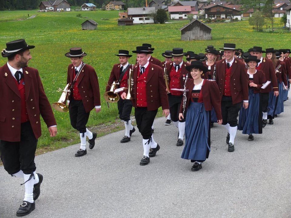 Musikanten marschierten gut gelaunt durch die Gemeinde