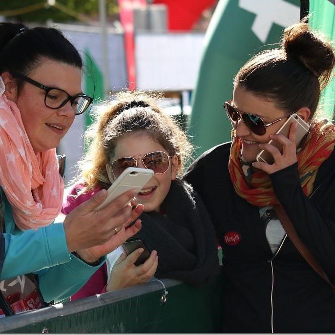 Die Organisatoren Verena Eugster und Patricia Zupan freuen sich mit Mona auf den sechsten Frauenlauf mit knapp 5000 Starter.