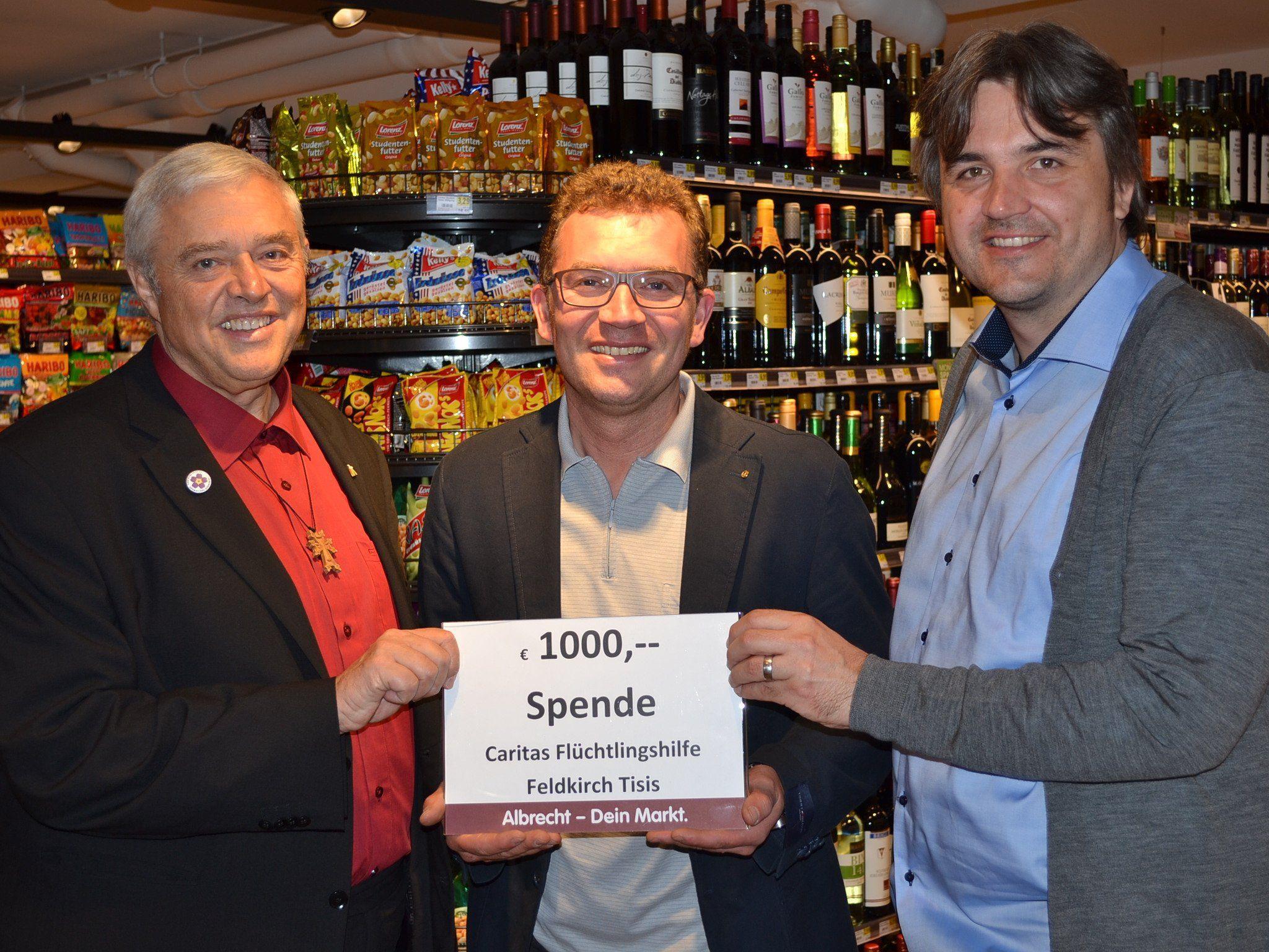 Spendenscheck-Übergabe: Pfarrer Stefan Biondi, SPAR-Albrecht-Firmeninhaber Jürgen Albrecht sowie Fachbereichsleiter Martin Fellacher.