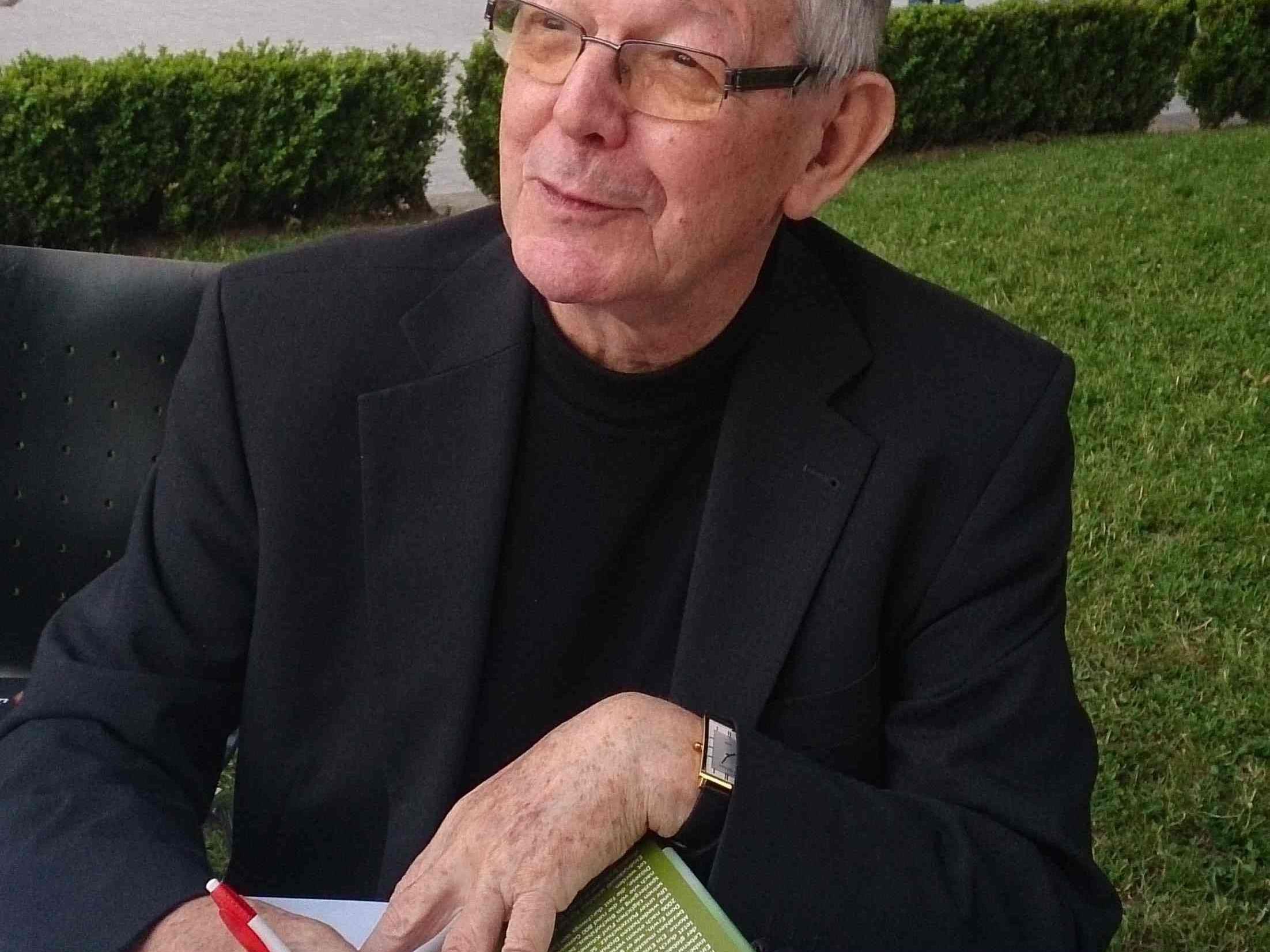 BIschof Erwin beim Signieren seiner Bücher