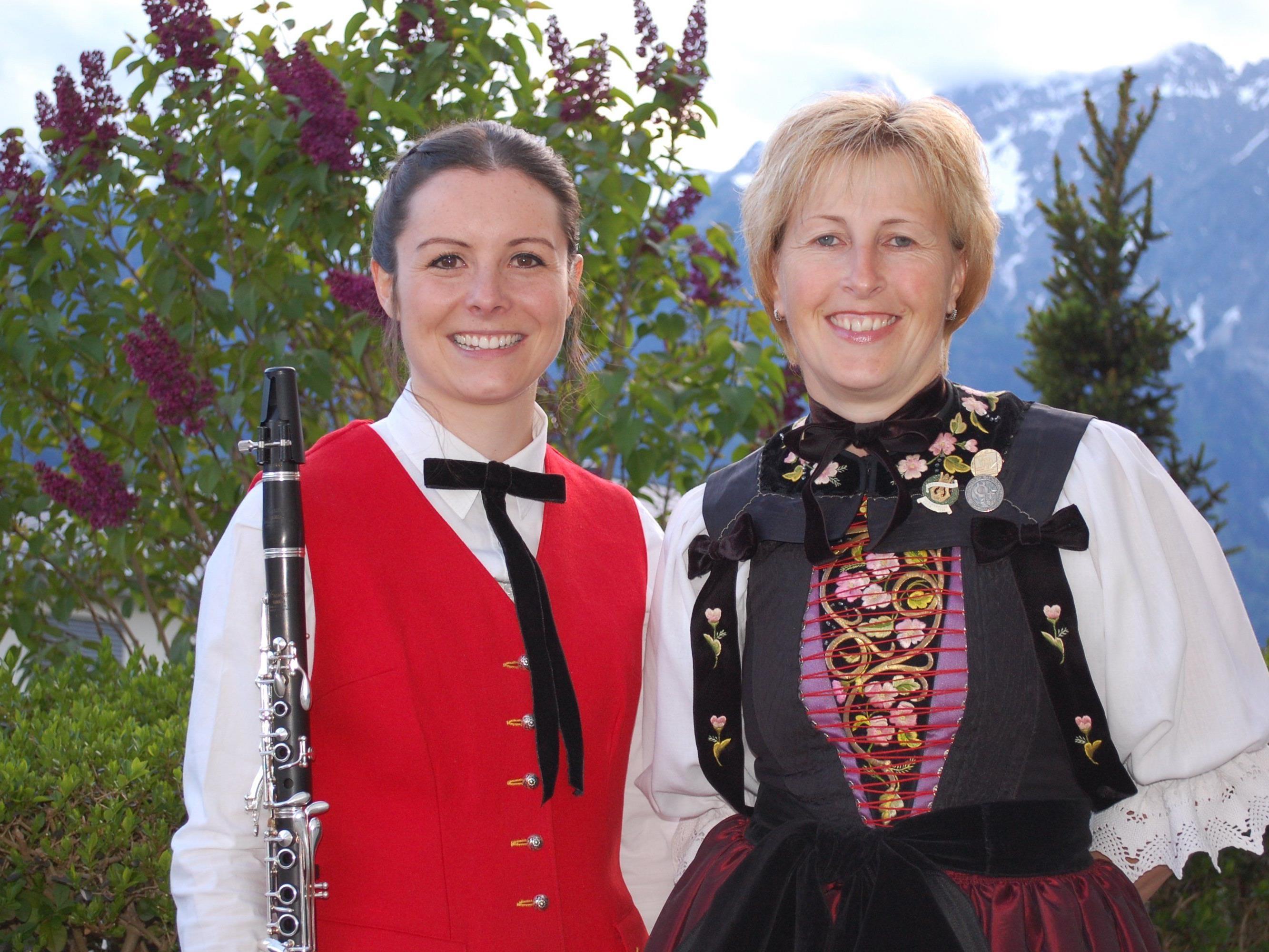Obfrau Gabi Ganahl und Schriftführerin Sarah Mangeng wurden für 25 Jahre beziehungsweise 15 Jahre Harmoniemusik Bartholomäberg geehrt.