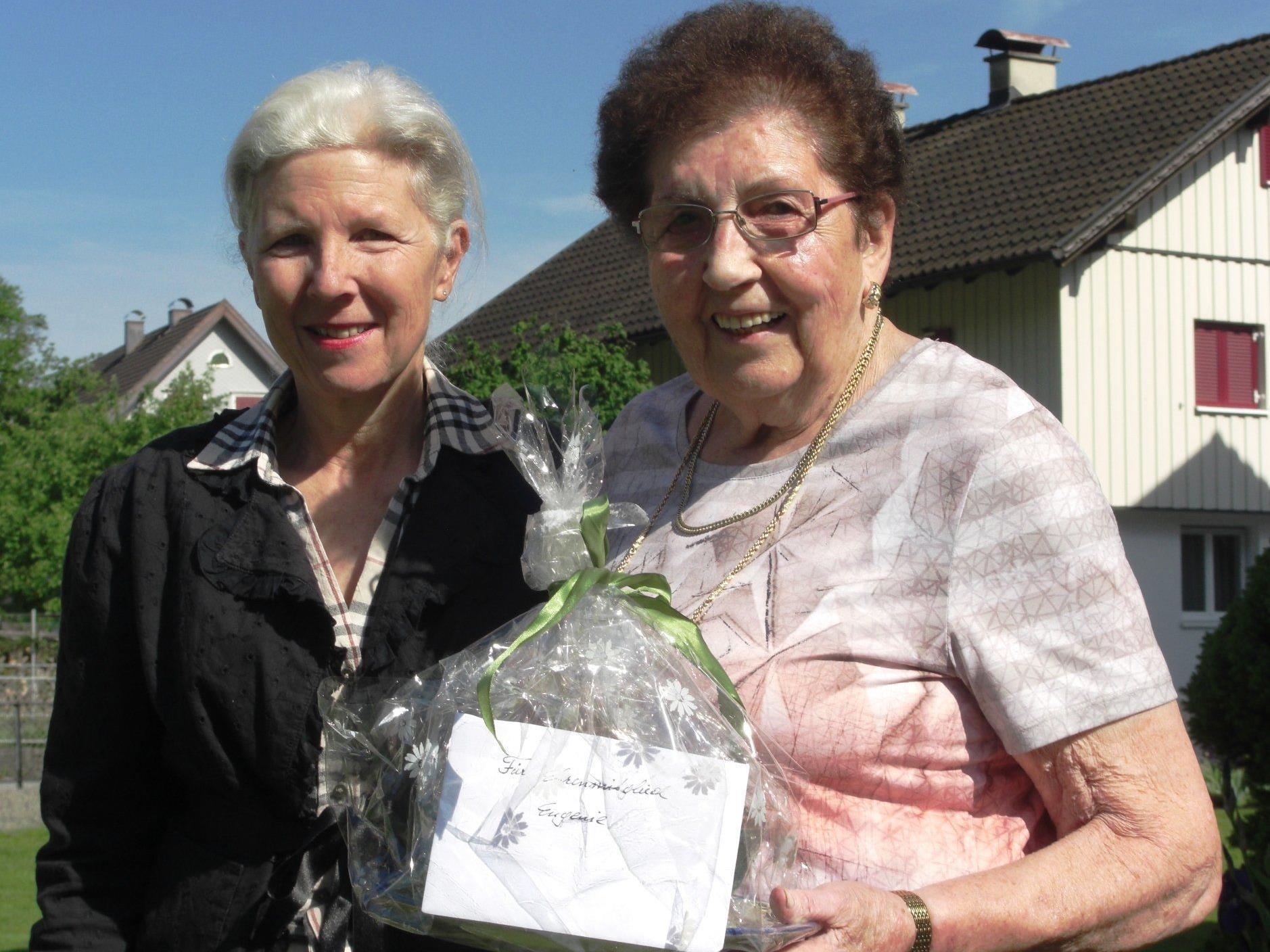 Obfrau Hildegard Reichegger überreichte Eugenie Häusle ein Ehrengeschenk.