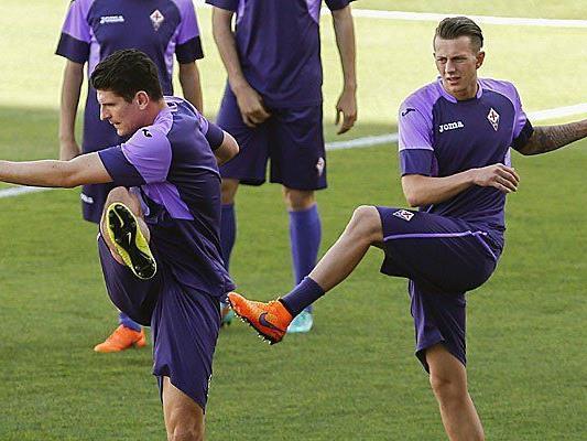 Mario Gomez (l.) hat mit Fiorentina ein schweres Spiel gegen Titelverteidiger Sevilla vor sich.