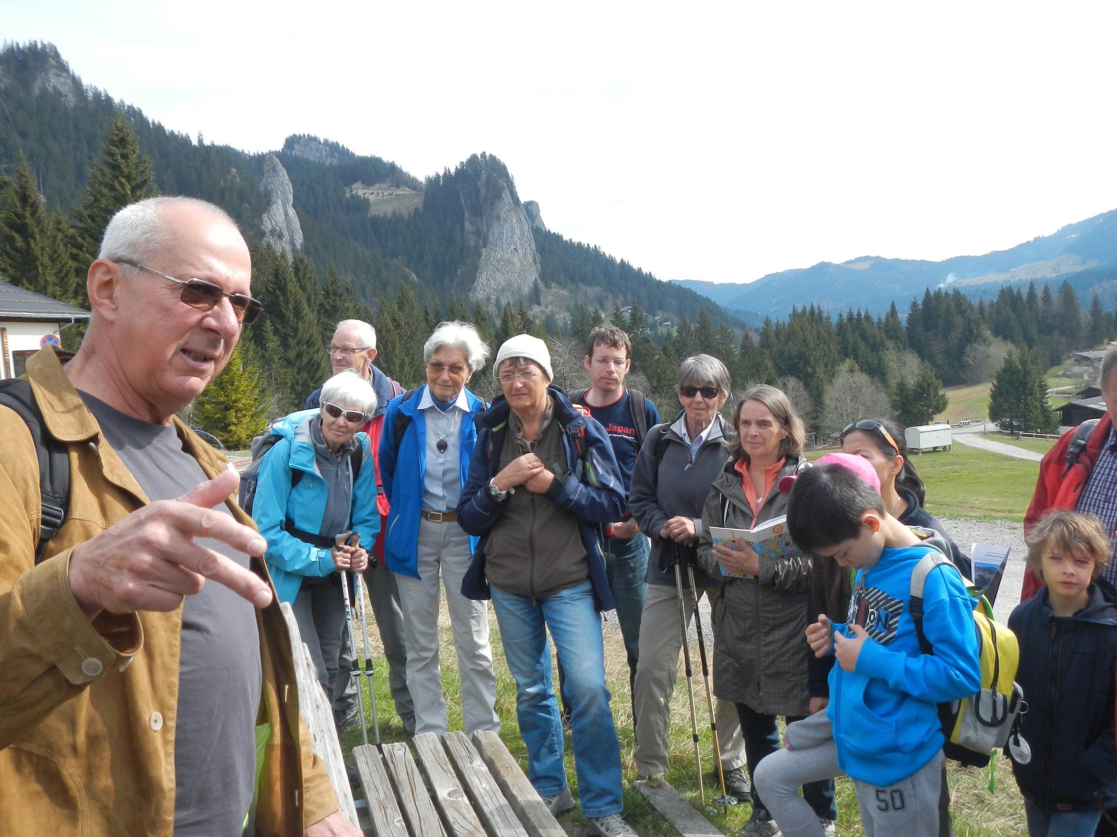 Flechtenexperte Univ. Prof. em. Dr. Roman Türk und interessierte Exkursionsteilnehmende im Ebnit