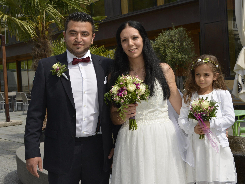 Das Brautpaar mit Töchterchen Aura Feenia beim Standesamt Schwarzach.
