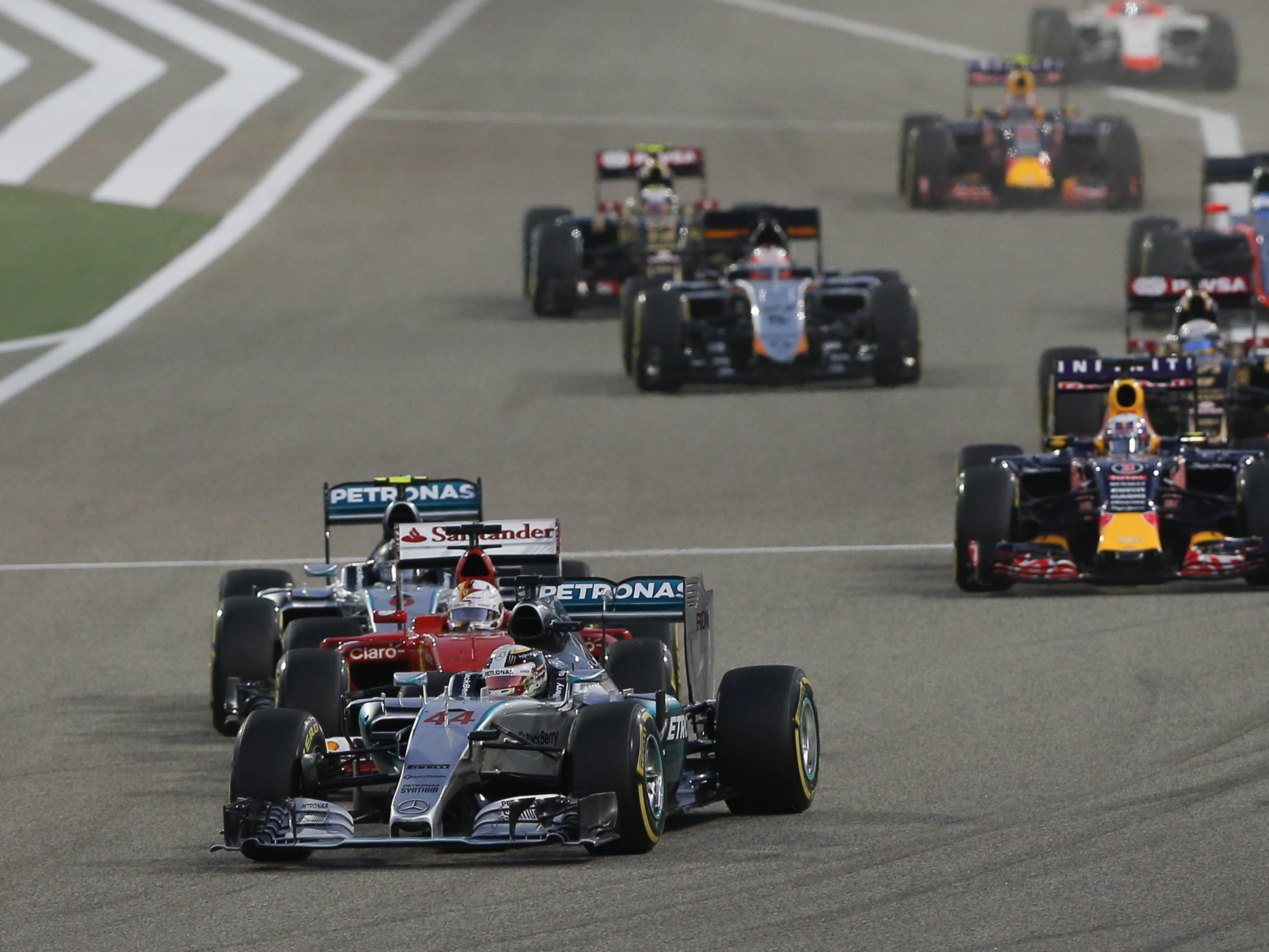 """Lewis Hamilton (vorne) ist derzeit erfolgreich """"auf der Flucht"""" vor seinen Verfolgern."""