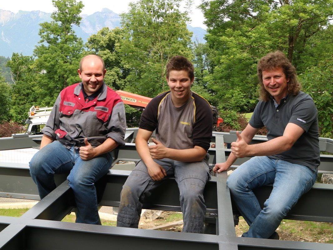 Ein gutes Team: Ausbildner Christian Suppan, Lehrling Alexander Jenny und Ausbildungsleiter Heinz Lindner von Liebherr Nenzing.