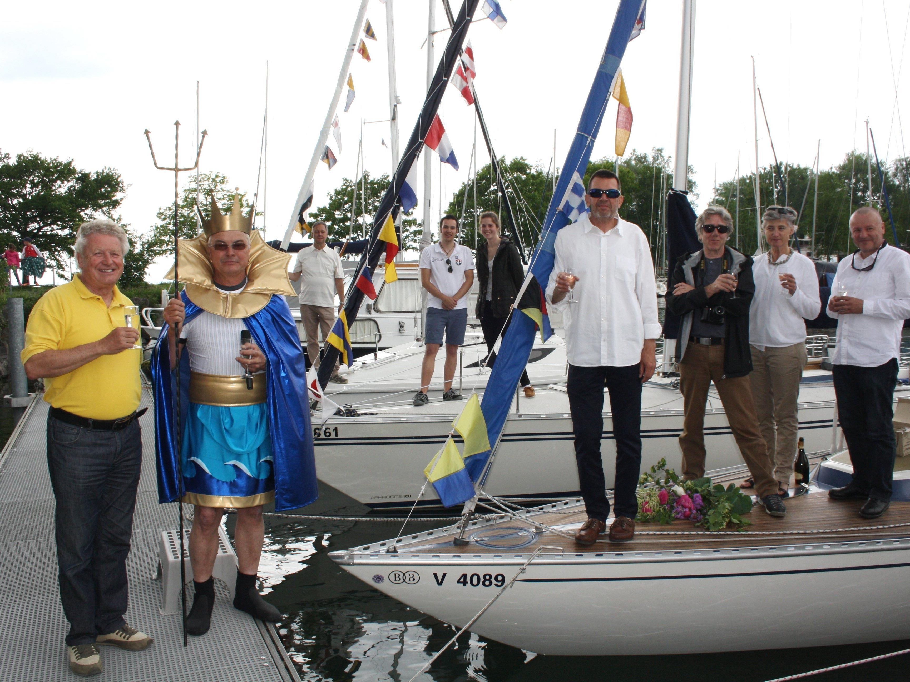 """""""Eine allzeit gute Fahrt und immer eine Handbreit Wasser unter dem Kiel!"""", so der Wunsch des """"Bodenseegott Neptun"""" bei der Taufe der drei Segelboote."""