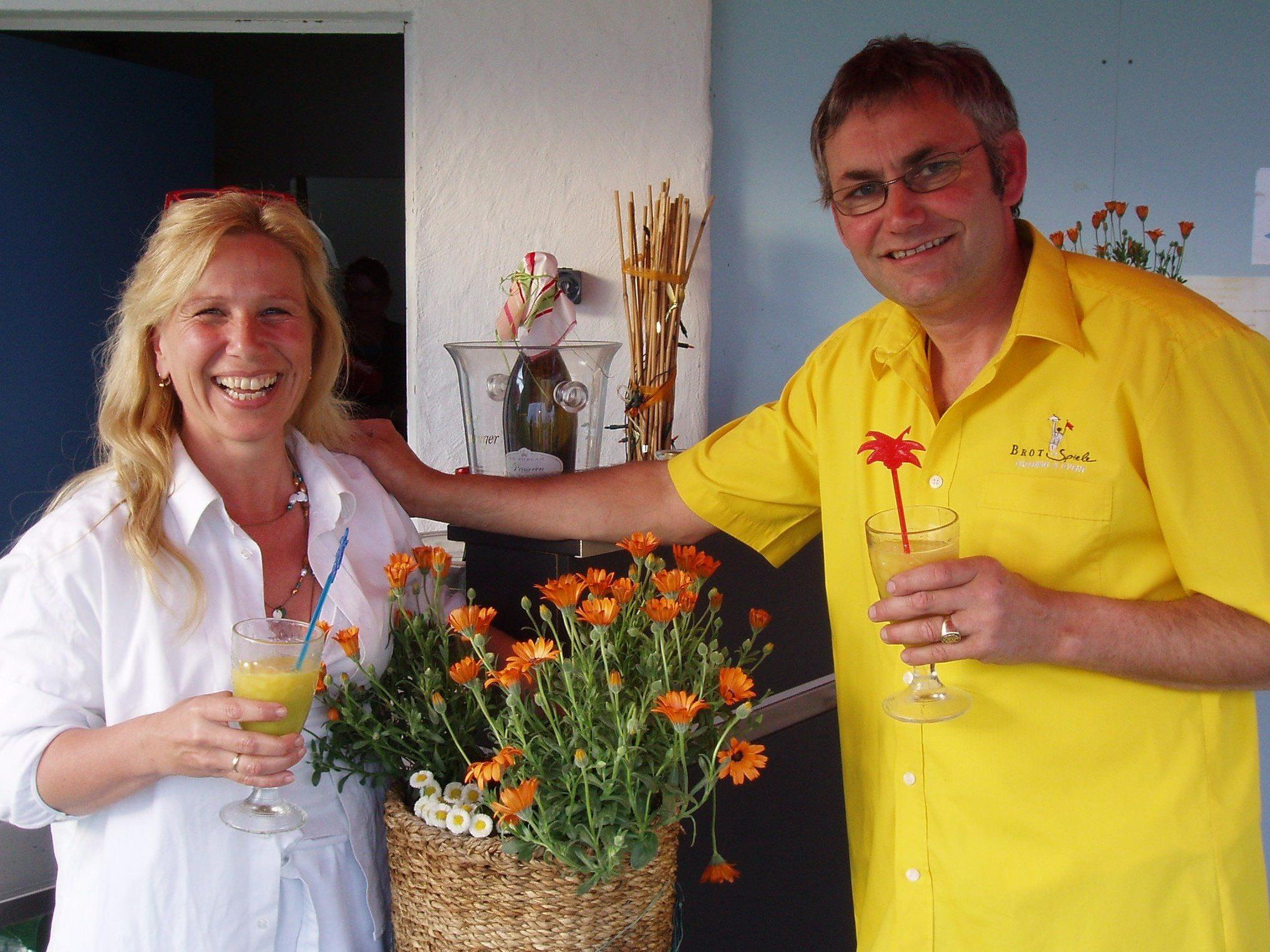 """Christine und Jürgen Hehle laden zur offiziellen Saisoneröffnung: Sommerlicher Terrassen-Genuss im """"Treff am See"""" beim Lochauer Strandbad."""