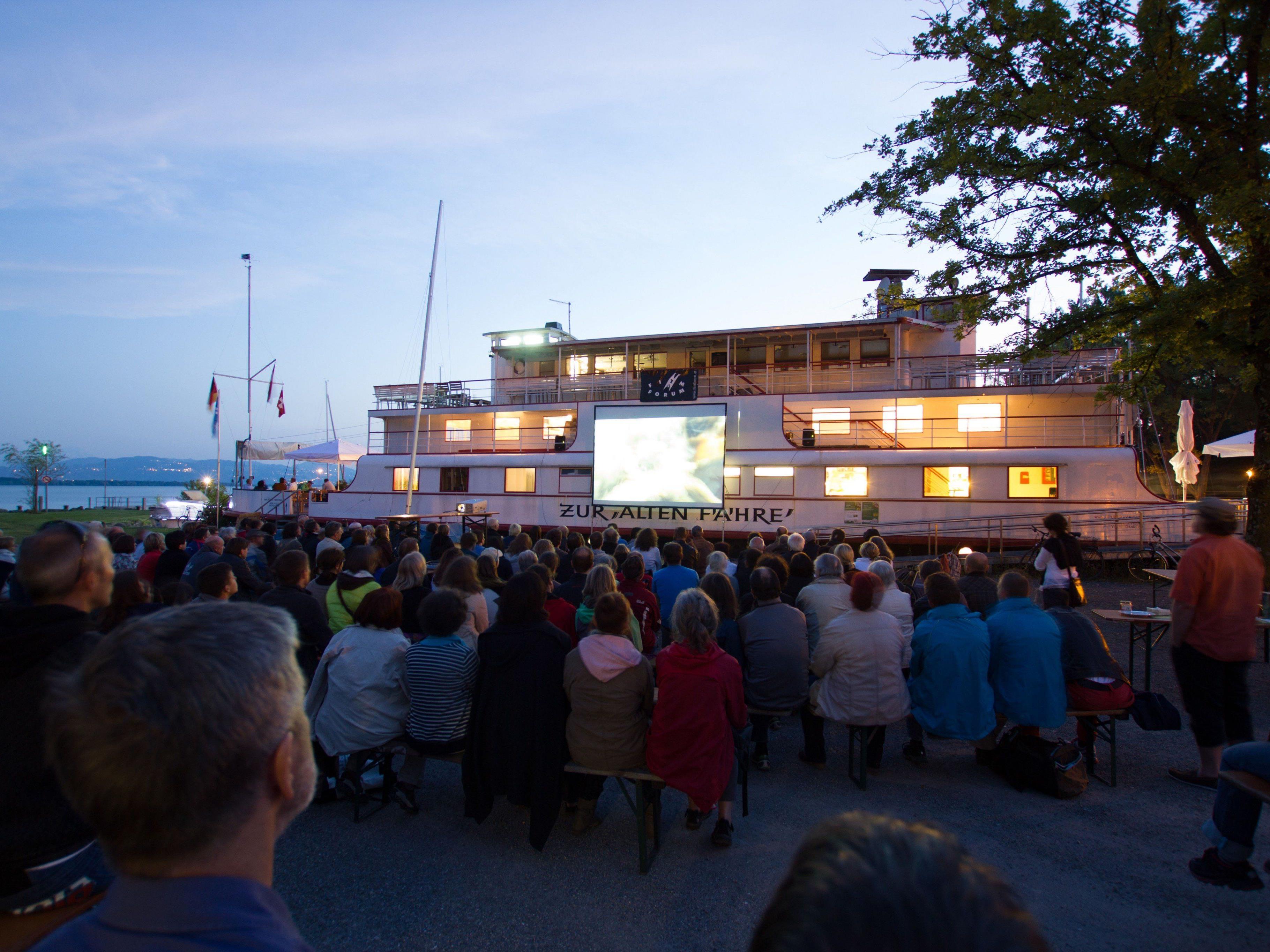 """Umweltwoche im Leiblachtal mit Open-Air-Kino """"A Bicycle Trip"""" mit dem CycleCinemaClub vor der """"Alten Fähre"""" im Lochauer Hafen."""
