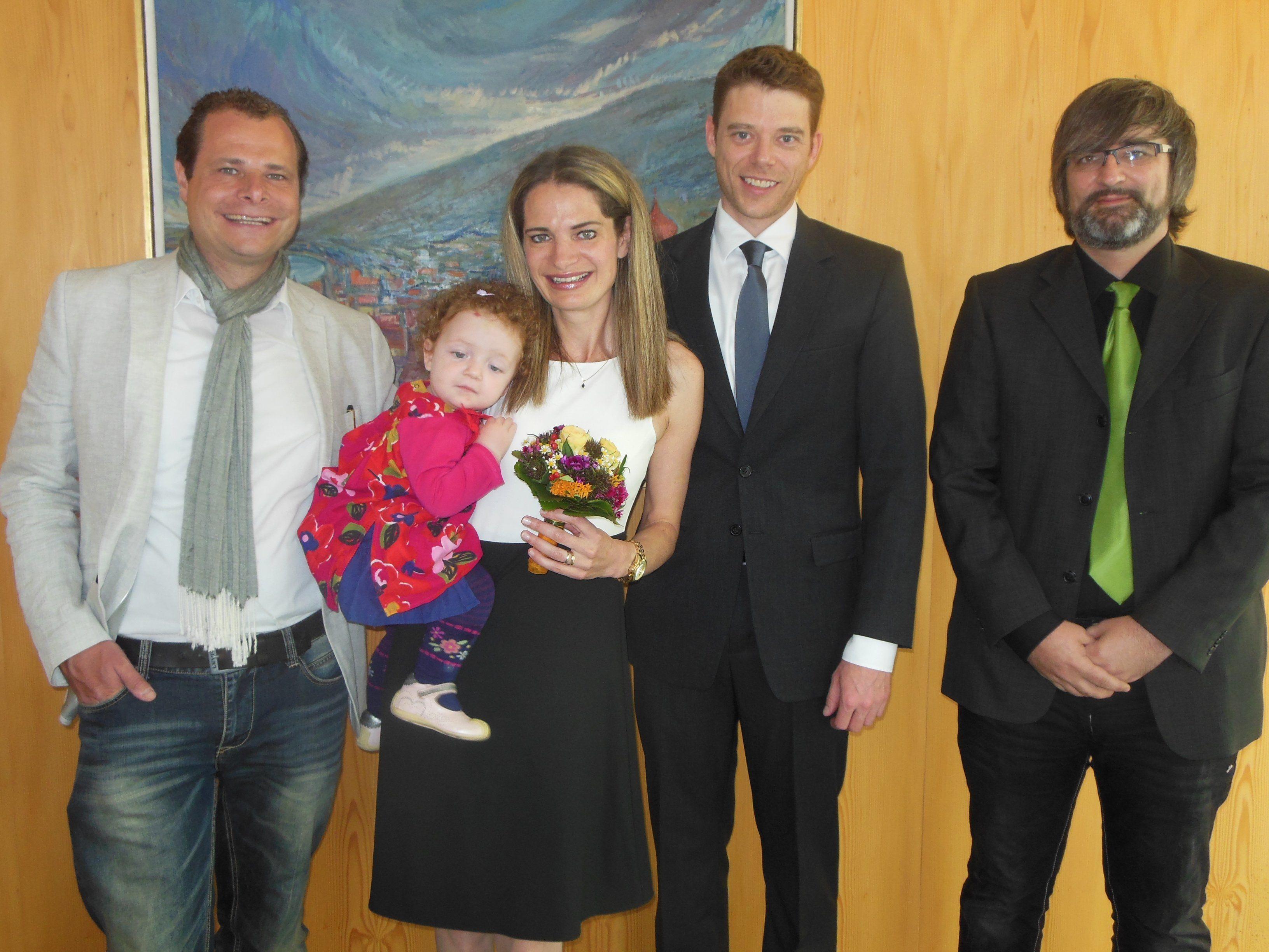 Das glückliche Paar mit Töchterchen Eva und den Trauzeugen.